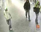 Policja szuka tych mężczyzn. Wybito szybę w barze i podłożono ogień [zdjęcia]