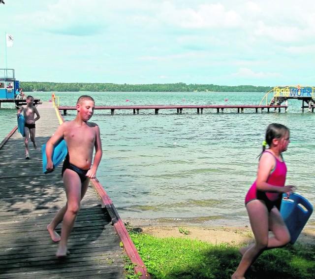 Maleńka plaża WOPR nad Jeziorem Rychnowskim ma wszystko, czego kąpiącym potrzeba.