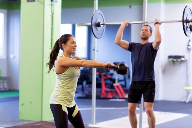 Jak wrócić do aktywności, gdy brakuje sił i motywacji? Jak podnieść formę i poziom zadowolenia z wysiłku? Jak skrócić czas niezbędny do uzyskania zamierzonych celów? To pytania, które nurtują większość osób myślących poważnie o poprawie kondycji i sylwetki. Polecamy sprawdzone w badaniach sposoby na to, by dzięki aktywności i dobrej diecie wyglądać i czuć się lepiej w jak najszybszym czasie.   Wypróbuj 10 dietetycznych, fitnessowych i psychologicznych trików na bycie bardziej FIT