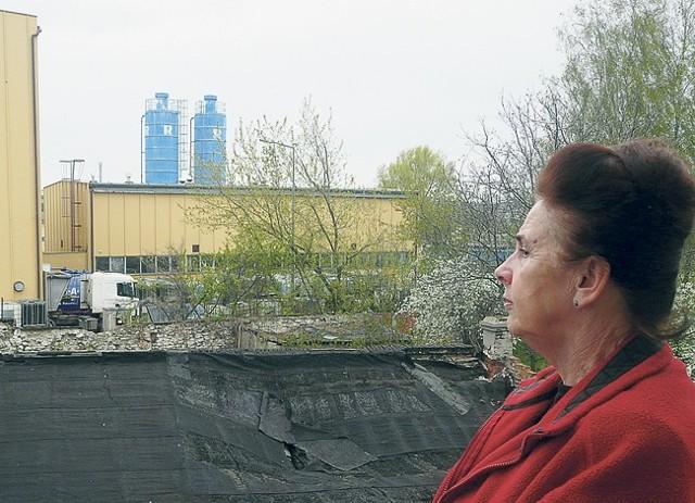 Elżbieta Przepiórka, która mieszka przy ul. Narutowicza z powodu przykrego zapachu woli nie otwierać okien