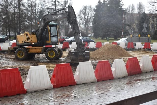 Koparka pracuje na placu Unii Europejskie. Dowiedzieliśmy się jednak, że remont nie został wznowiony, ponieważ nie uzgodniono jeszcze nowej technologii.