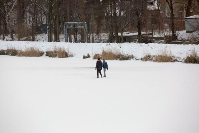 Spacer po lodzie  zamarzniętym akwenie jest śmiertelnie niebezpieczny - ostrzegają strażnicy miejscy. Na zdjęciu Zbiornik Retencyjny Srebrzysko w Gdańsku