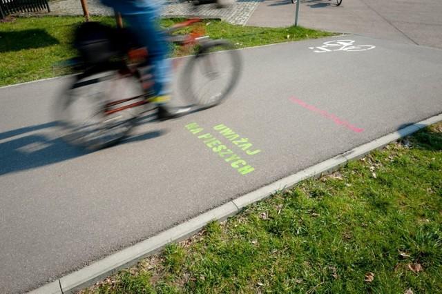 Rowerzyści, Warszawa. Na ścieżkach pojawiły się kolorowe napisy, które mają nauczyć rowerzystów