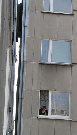 Halina Rzepa w oknie swojego domu. W wyniku prostowania między segmentami powstała 40–centymetrowa u samej góry, szczelina. Marta Żabińska