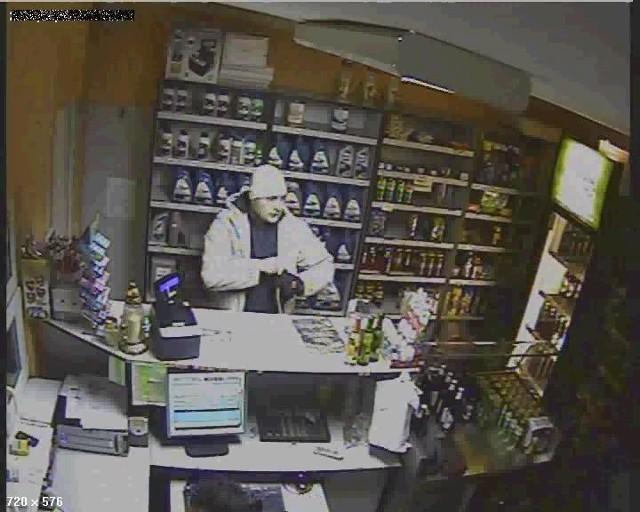W zapisie kamery zamontowanej na stacji widać dokładnie twarz bandyty, który pistoletem groził jej pracownikowi