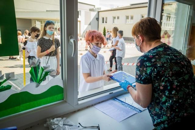 W szkołach prowadzonych przez miasto Bydgoszcz rok szkolny zakończyło 22 tys. 613 uczniów szkół podstawowych oraz 14 tys. 815 uczniów szkół ponadpodstawowych.   W tym roku bydgoski ratusz zrezygnował z uroczystości miejskiego zakończenia roku szkolnego.  Zobaczcie zdjęcia z zakończenia roku szkolnego w Bydgoszczy >>