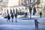 Kraków. Rynek Główny jak sprzed pandemii. Turyści znów odwiedzają centrum miasta [ZDJĘCIA]
