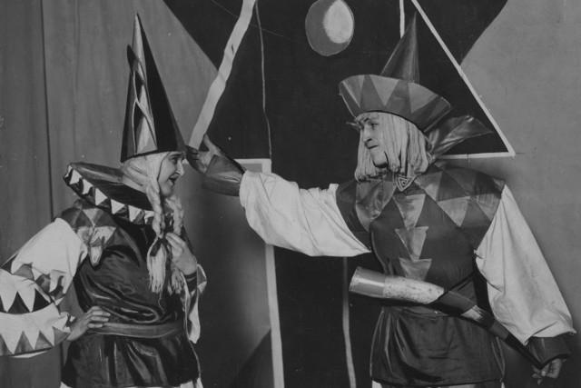 Zdjęcie wykonane podczas zabawy karnawałowej w Państwowej Szkole Sztuk Zdobniczych i Przemysłu Artystycznego przy ul. Mickiewicza 5 w Krakowie.  1928 rok