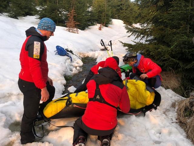 Ratownicy GOPR ewakuowali turystkę  w noszach SKED do Kamesznicy Złatnej. Tam przejęło ją pogotowie