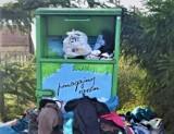 """WSCHOWA. Pojemniki Fundacji Pomocy Dzieciom """"Radość Serca"""" nie są opróżniane. W Siedlnicy rośnie góra śmieci [ZDJĘCIA]"""