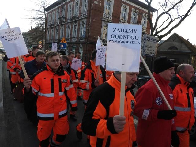 Zdesperowane załogi karetek pogotowia przeszły w proteście przeciw niskim pensjom ul. Mickiewicza w Wadowicach pod Starostwo Powiatowe. W czasie ich przemarszu jeden pas ruchu był zablokowany, porządku pilnowała policja. Manifestanci zachowywali się spokojnie.