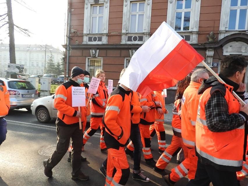 Zdesperowani pracownicy pogotowia wyszli na ulice. Chcą 700 zł podwyżki [ZDJĘCIA, WIDEO]