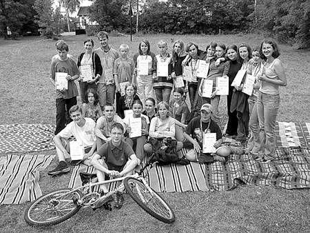 Wakacyjną szkołę młodych maklerów ukończyło 25 dąbrowskich gimnazjalistów.