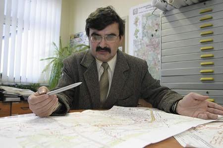 Naczelnik Wojciech Sobczyk podczas korygowania przebiegu Drogowej Trasy Średnicowej.