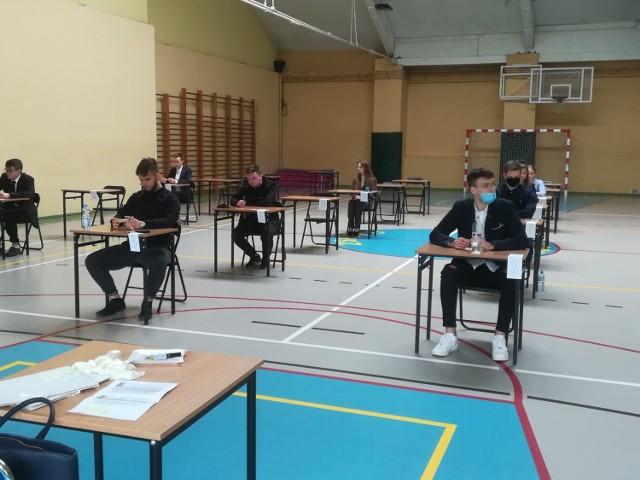 Maturzyści z ZSP nr 5 w Kożuchowie na egzaminie z języka polskiego.