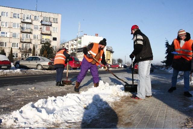 Do usuwania śniegu chojnicki ratusz zatrudnił 30 pracowników interwencyjnych
