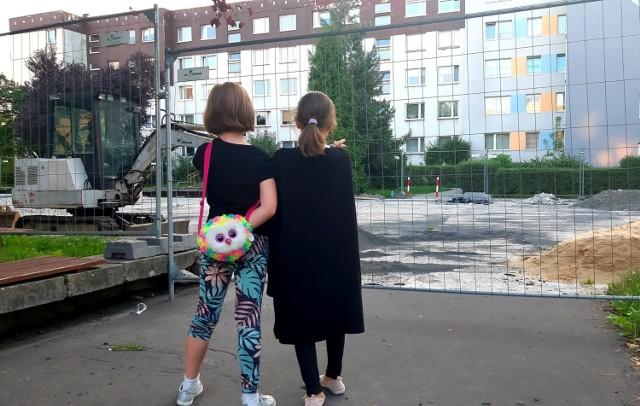 W tej części osiedla nie ma jeszcze placu zabaw (najbliższy znajduje się przy sąsiedniej ulicy, obok Spółdzielczego Domu Kultury)