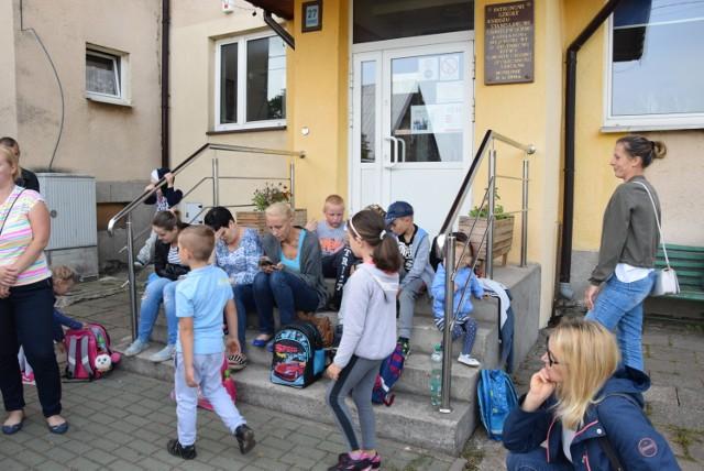 Dzieci wraz z rodzicami dziś także oczekiwały na otwarcie szkoły w Monkiniach