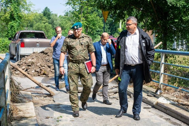 """Most w ciągu drogi gminnej """"Na Brzeg"""" zniszczyła powódź. Czy Wojsko Polskie pomoże w budowie tymczasowej przeprawy?"""