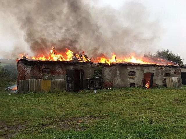 Mimo interwencji trzech zastępów strażackich nie udało się uratować drewnianej konstrukcji dachu