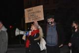 Strajk Kobiet w Legnicy, zapalili znicze przed siedzibą PiS [ZDJĘCIA]