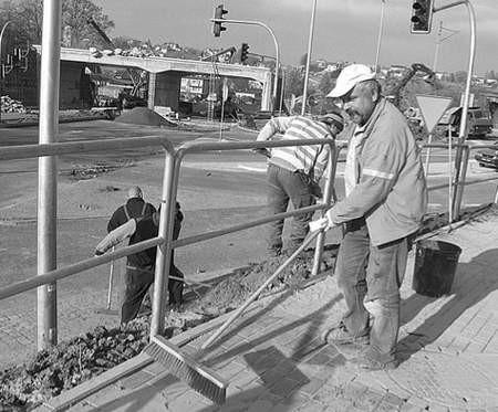 W rejonie wiaduktu kolejowego trwają ostatnie prace budowlane.