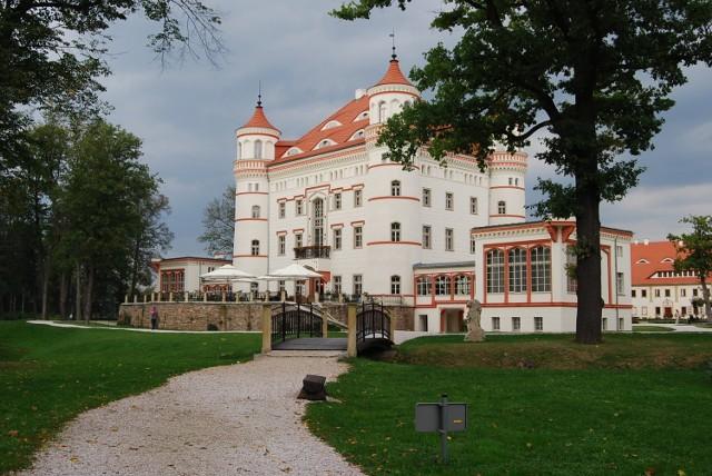Pałac Wojanów został wzniesiony w XVII wieku. Oprócz samego pałacu są tu jeszcze: stajnia, murowana stodoła i oficyna mieszkalna z XIX w.   Zobacz na kolejnych slajdach, jakie zamki na Dolnym Śląsku warto zwiedzić - posługuj się myszką, klawiszami strzałek na klawiaturze lub gestami
