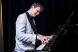 Muzykę klasyczną można łączyć nawet z disco polo. Jak? Opowiada wszechstronny pianista Tomasz Wielechowski