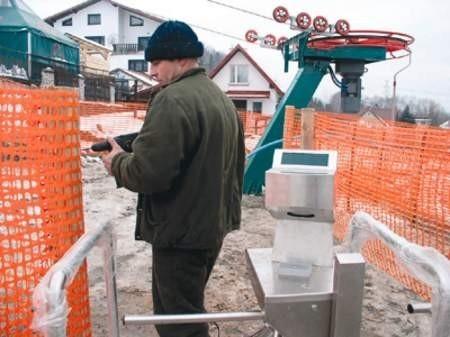 Jacek Braszak robi ostatnie poprawki. Nowy wyciąg ruszy, gdy tylko spadnie śnieg.