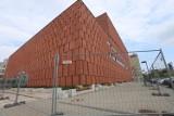 Biblioteka CINiBA ciągle za płotem. Jeden z piękniejszych budynków w Katowicach od miesięcy jest oszpecony