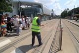 Tragedia na torach we Wrocławiu. Zobacz film, jak kobieta wpada pod tramwaj! Ku przestrodze! [FILM Z KAMERY MPK]