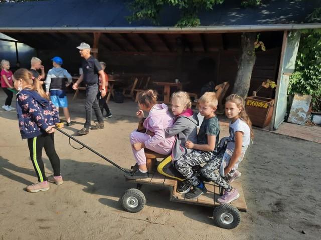 """Uczniowie kl. II i III ZSP w Przyprostyni na wycieczce. """"Stara chata u Kowola"""" - agroturystyka w Kluczewie"""