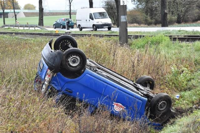 Auto dachowało, wypadek tuż za Legnicą.