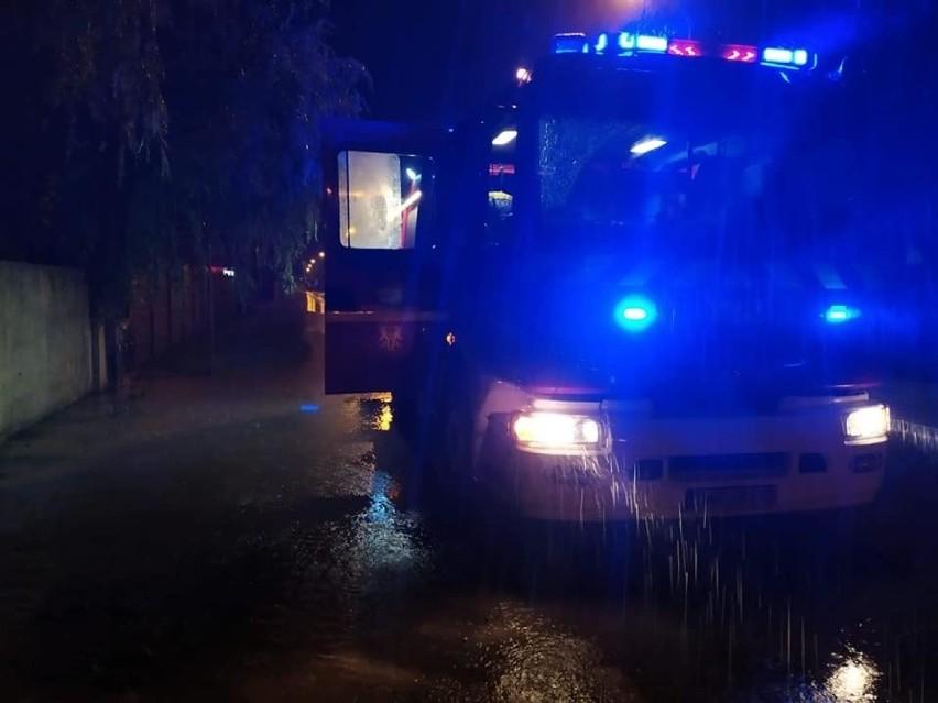 Strażacy ochotnicy z OSP w Małkowicach podczas interwencji...