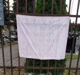 """Baner na cmentarzu w Katowicach. """"Przepraszam babciu, przepraszam dziadku"""""""