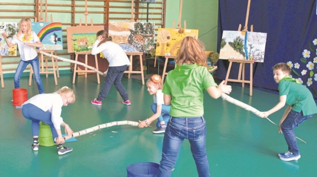 Młodzi ekolodzy z Wiślicy wspaniale bawili się  również... podczas konkurencji sprawnościowych.