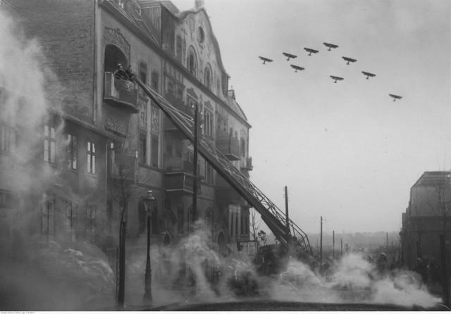 Wilda to dzielnica Poznania, która została włączona w granice miasta 1 kwietnia 1900 roku. Zobacz, jak ten rejon Poznania wyglądał na przedwojennych zdjęciach. Fotografie pochodzę ze zbiorów Narodowego Archiwum Cyfrowego.  Na zdjęciu pozorowany atak gazowy na ul. Górna Wilda. Wóz strażacki z drabiną przy kamienicy, nad którą przelatują samoloty bombowe - listopad 1933 roku.  Przejdź do kolejnego zdjęcia --->