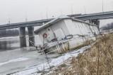 Tonie barka przy Moście Łazienkowskim. Na miejscu działają służby [ZDJĘCIA, WIDEO]