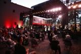 Warszawiacy śpiewają (nie)zakazane piosenki. Mieszkańcy uczcili rocznicę Powstania Warszawskiego