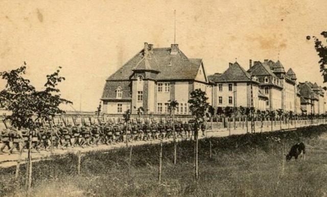 Wojsko pruskie maszeruje do koszar w Świeciu (czasy I wojny światowej). Kilka lat później do miasta wkroczyli żołnierze polscy
