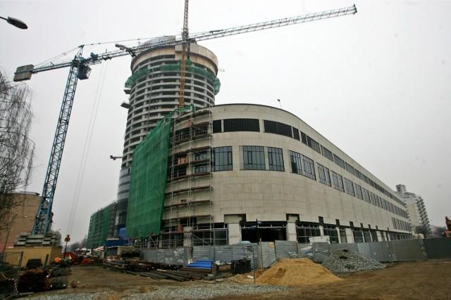 13 lat temu, w kwietniu 2008 roku, rozpoczęła się we Wrocławiu budowa Sky Tower - pierwszego i jak dotąd jedynego w mieście drapacza chmur. Trwała pięć lat. Dziś Sky Tower to wizytówka Wrocławia. Pamiętacie jak powstawał? Zobaczcie nasze archiwalne zdjęcia!