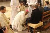 Katowicki arcybiskup Wiktor Skworc obmył nogi poszkodowanym górnikom [Wielki Czwartek]