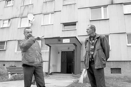 Józef Cecot i Andrzej Żach mieszkają w blokach ocieplanych azbestem. Olgierd Górny