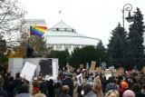 Protesty nie słabną. Rolnicy i Strajk Kobiet przed Sejmem, studentki tańczą poloneza