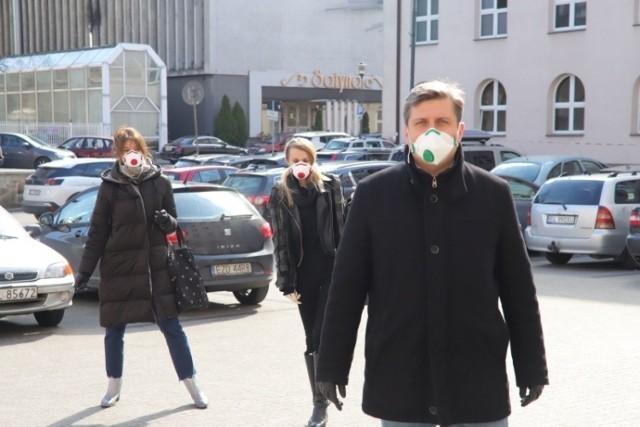 Wszystkie podjęte uchwały na sesji Rady miejskiej w Łodzi były związane z epidemią. Przyznano pomoc dla rodziców, firm i spółek miejskich.   Kliknij dalej - zobacz zdjęcia