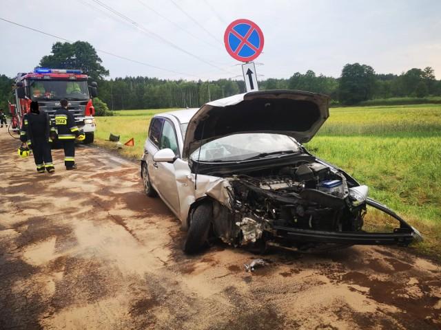 W Wadlewie (gmina Drużbice) czołowo zderzyły się dwa samochody
