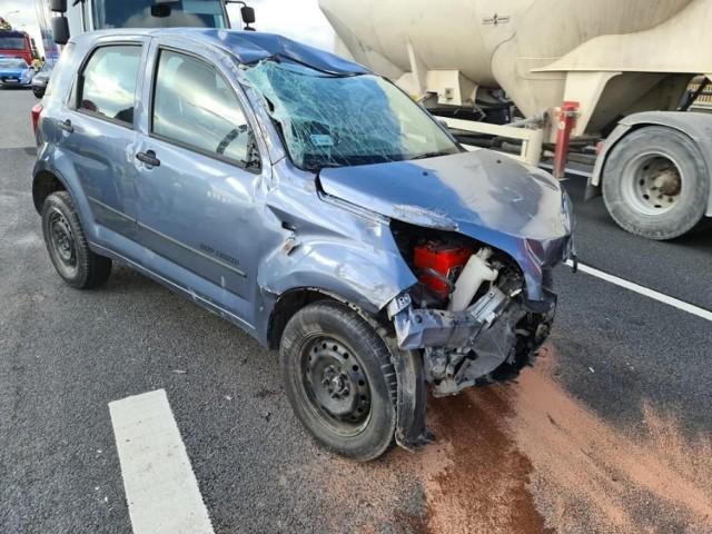 Daihatsu, którym podróżowały trzy osoby, zderzyło się z ciężarówką i dachowało