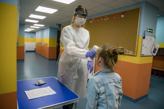 Przedszkola i szkoły muszą stosować się do wytycznych sanitarnych, które mają minimalizować zagrożenie rozpowszechniania się koronawirusa. Dotyczą m.in. higieny, dezynfekcji pomieszczeń, czy dystansu społecznego. Sprawdź kilka podstawowych zasad, które powinny obowiązywać w każdym przedszkolu.  Czytaj dalej --->