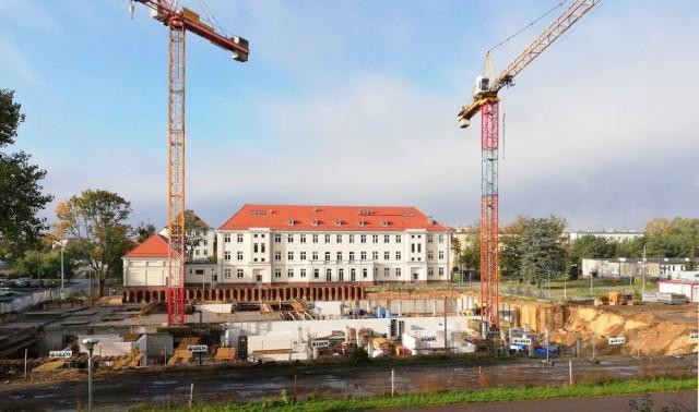 Na ulicy Sandomierskiej w Bydgoszczy pojawią się dwa nowe bloki. Powstają blisko skrzyżowania z ulicą Baczyńskiego w miejscu, w którym kiedyś znajdowało się boisko Szkoły Podstawowej nr 49 (później Gimnazjum nr 13).   Przesuń zdjęcie gestem lub naciśnij strzałkę w prawo