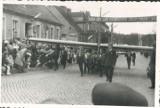 Chodzieskie pochody pierwszomajowe na starej fotografii. Podziwiaj kombajn i szybowiec na ulicy Kościuszki